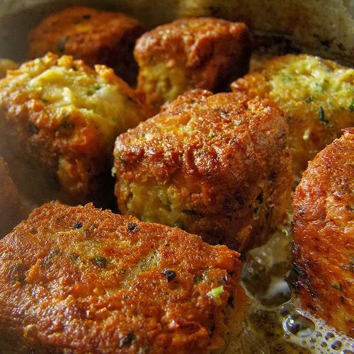 Recette de croquettes aux pois chiches, sauce tzatziki au yaourt, concombre, coriandre - végétarien