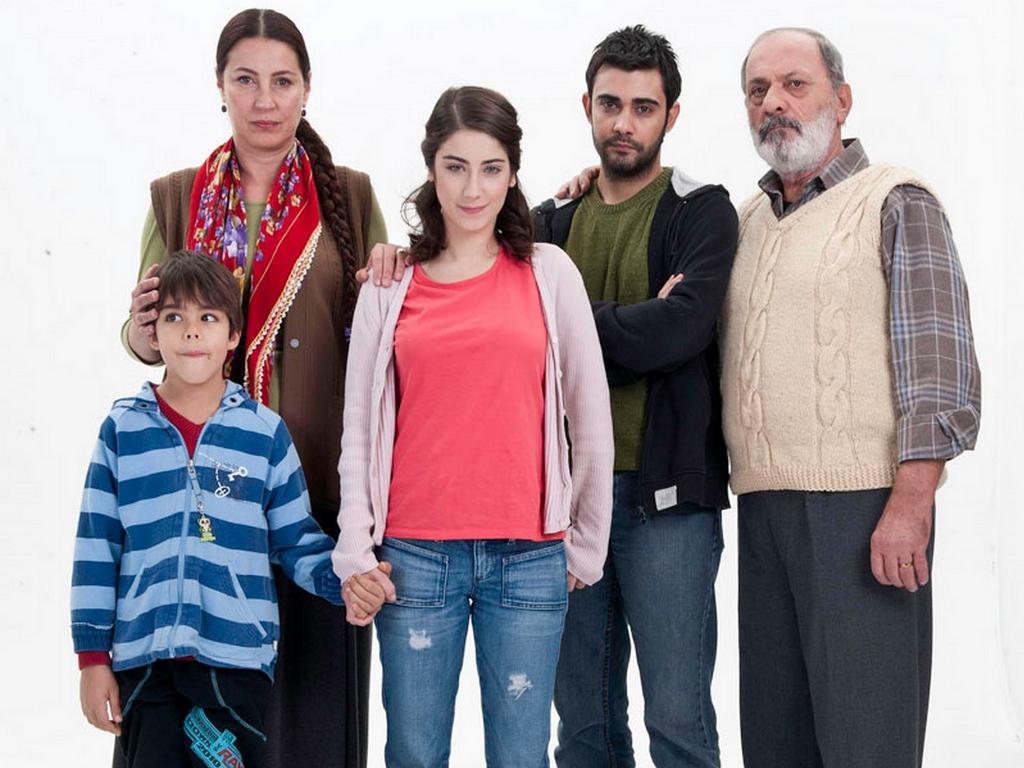 Hazal Kaya, glavna glumica TV serije Djevojka imena Feriha - download