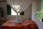 Casa com uma suíte, um quarto com banheiro social, sala com cozinha completa .