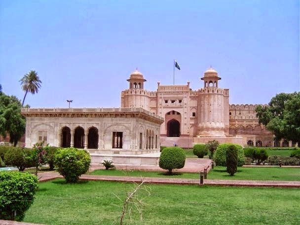 Red fort in hindi essay
