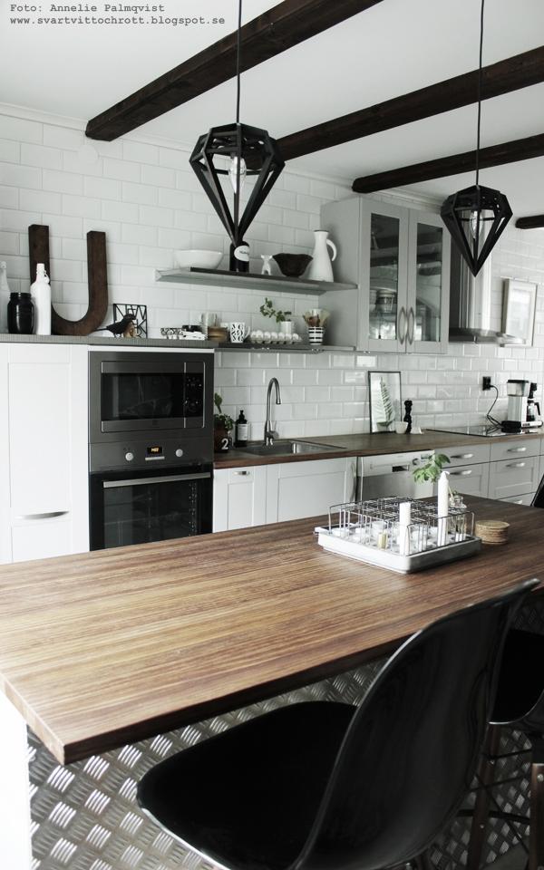 kök, industristil, industriellt kök, kökets, köksö, barstolar, diskbänk, bänkskiva, öppna hyllor, vitt kakel, små kakelplattor, vitt, svart och vitt, svartvitt, inredning, inredningsblogg, anneliesdesign, annelies design & interior, webbutik, webbutiker med inredning, inredningsdetaljer,
