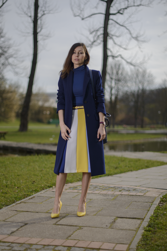 navy coat fashion blogger