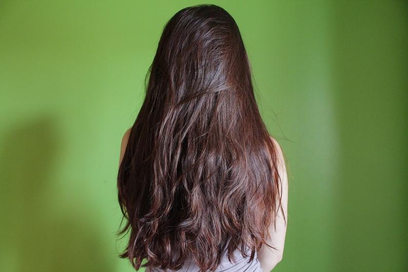 Gommage des cheveux pour enlever la couleur
