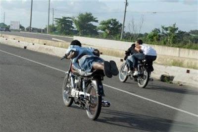 http://1.bp.blogspot.com/-4e1Rr-_e18s/UW0B3hPHwlI/AAAAAAADKmY/qFS96wfQvEc/s400/Motoristas-usan-autopista-Duarte-para-competencias.jpg