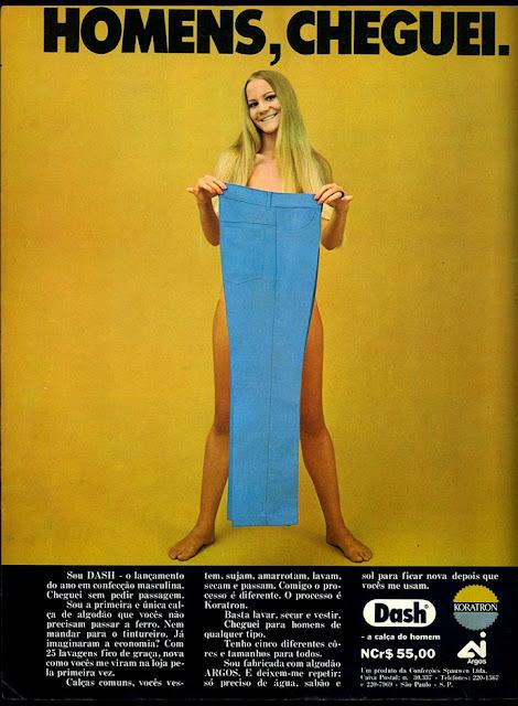Propaganda das Calças Dash nos anos 70 com uma mulher aparentemente nua apresentando a calça.