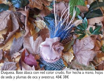 Tocado con red, flor y hojas de seda y plumas de avestruz