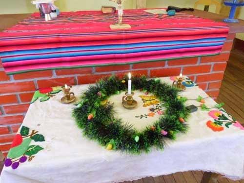 Der Adventskranz kündigt uns das Nahen des Weihnachtsfestes an