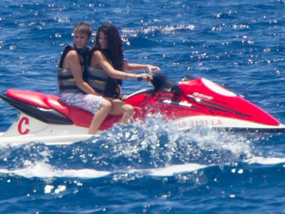 justin bieber selena gomez maui makeout. Bieber and Selena Gomez