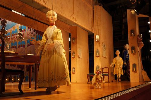 Photo d'un théâtre de marionnettes où la représentation est assurée par des figurines, manipulés en temps réel par des marionnettistes (ou manipulateurs).