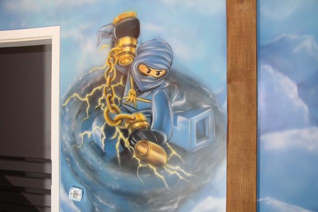 Malowanie graffiti w pokoju chłopca na poddaszu, zagospodarowanie ściany