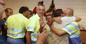 Los trabajadores celebran el acuerdo con la empresa / eliseo trigo (EFE)