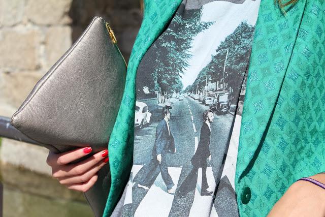 Blazer verde bordada combinada con gris