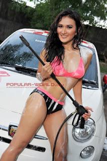 hot Dini Desita Model Popular World BFN Juni 2013