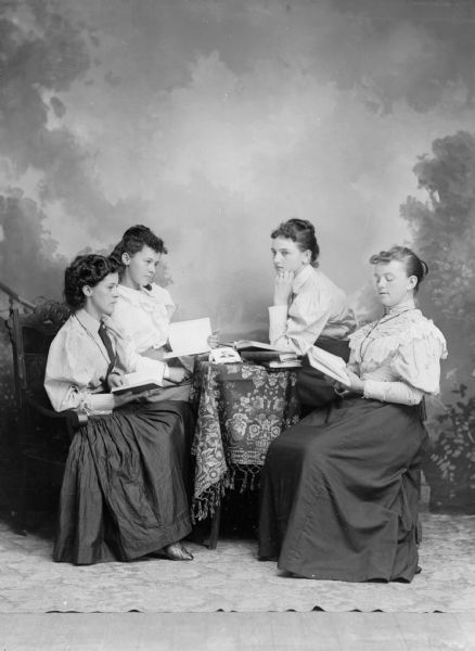 Mujeres leyendo poesía y prosa