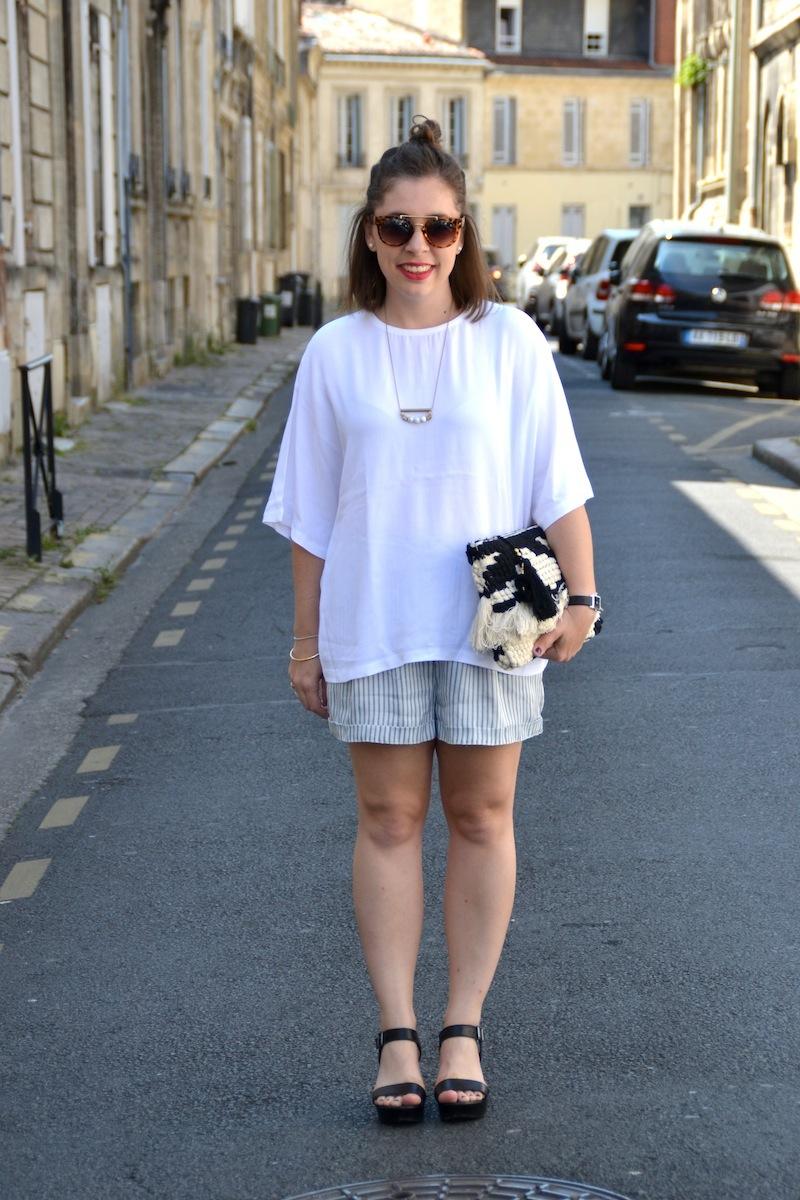 blouse blanche manche chauve souris et short à rayures H&M, chaussure à talon Bakajoo et pochette a frange Mango