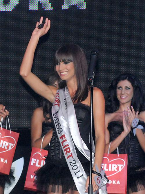Мис Плеймейт 2011 не смята, че Азис е човекът, който трябва да решава дали титлата й е заслужена