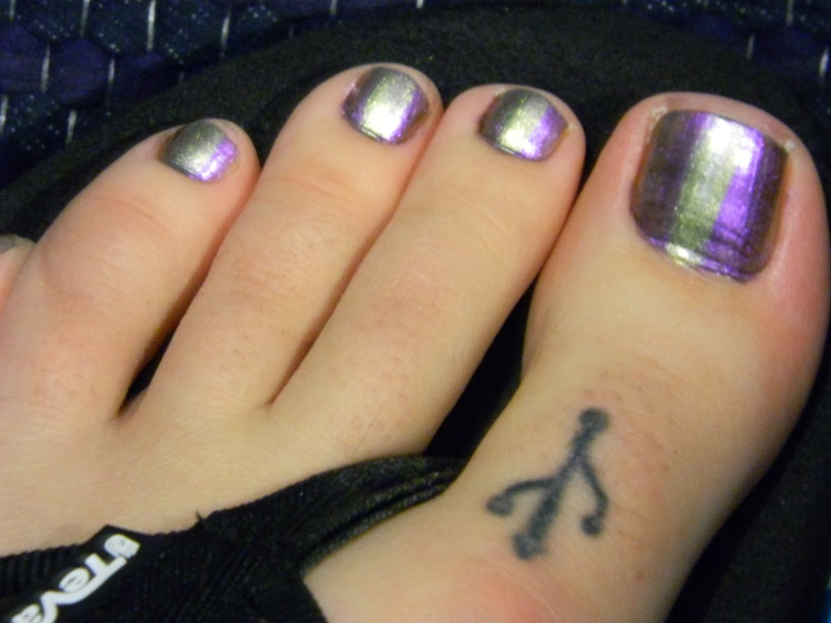 Holographic Pedicure - Maybelline Color Show in 25 Mystic Green and Nails Inc. Special Effects in 162 Cheyne Walk - usb toe geek tattoo - teva flipflops