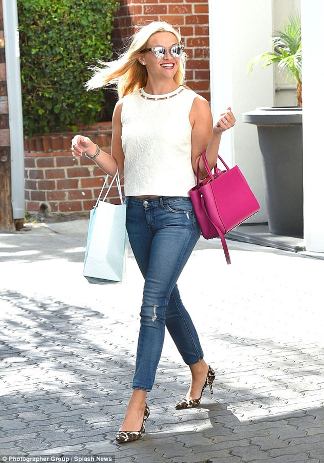 Reese Witherspoon with pink tote