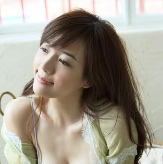 Kemudian untuk model rambut panjang salah satu artis korea dari