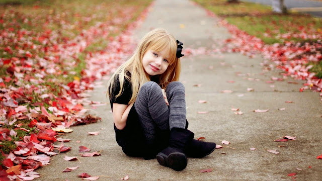 2677-Lovely Baby Girl Sitting On The Ground HD Wallpaperz