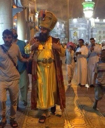 يوتيوب رجل في الحرم المكي بلباس غريب ...سيكون اميراً على ولاية مكة المكرمه