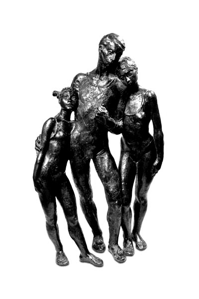 Grupo escultórico formado por hombre, mujer, niña