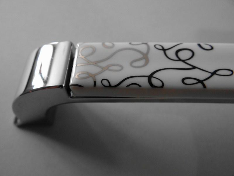 Poign e et bouton de meuble sur for Poignee cuisine design