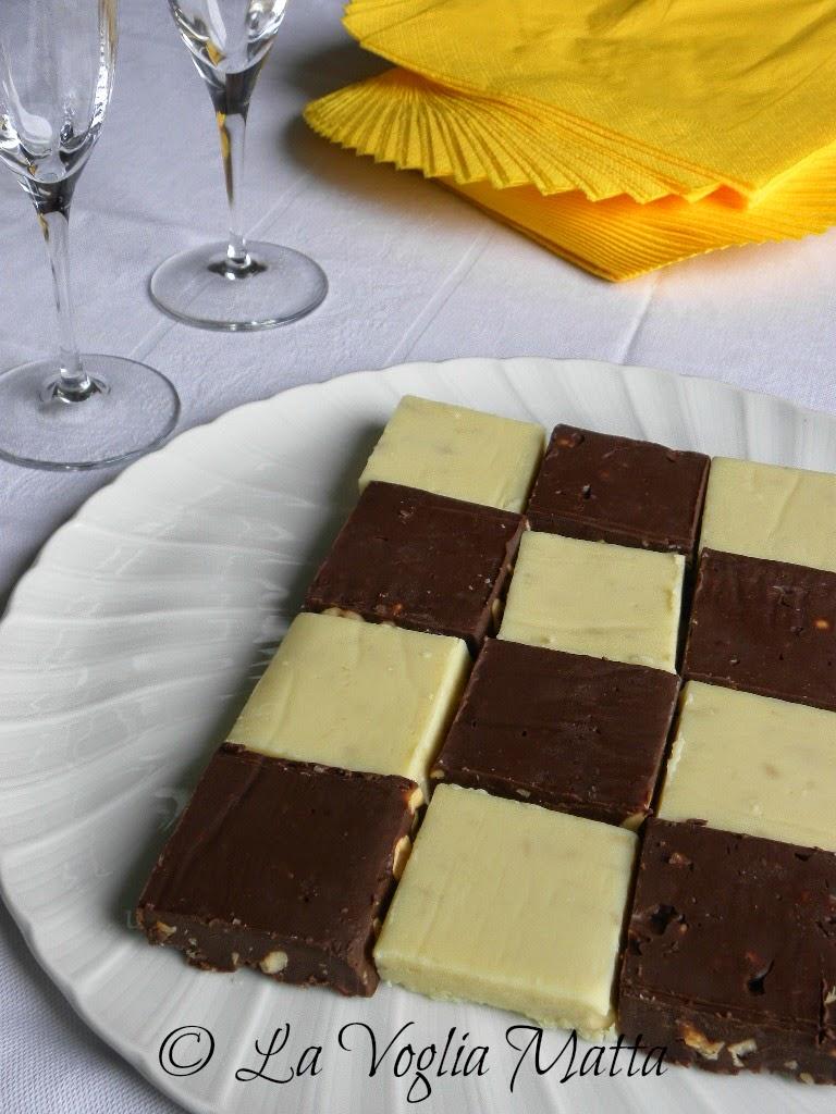 scacchiera di fudge al cioccolato fondente e bianco