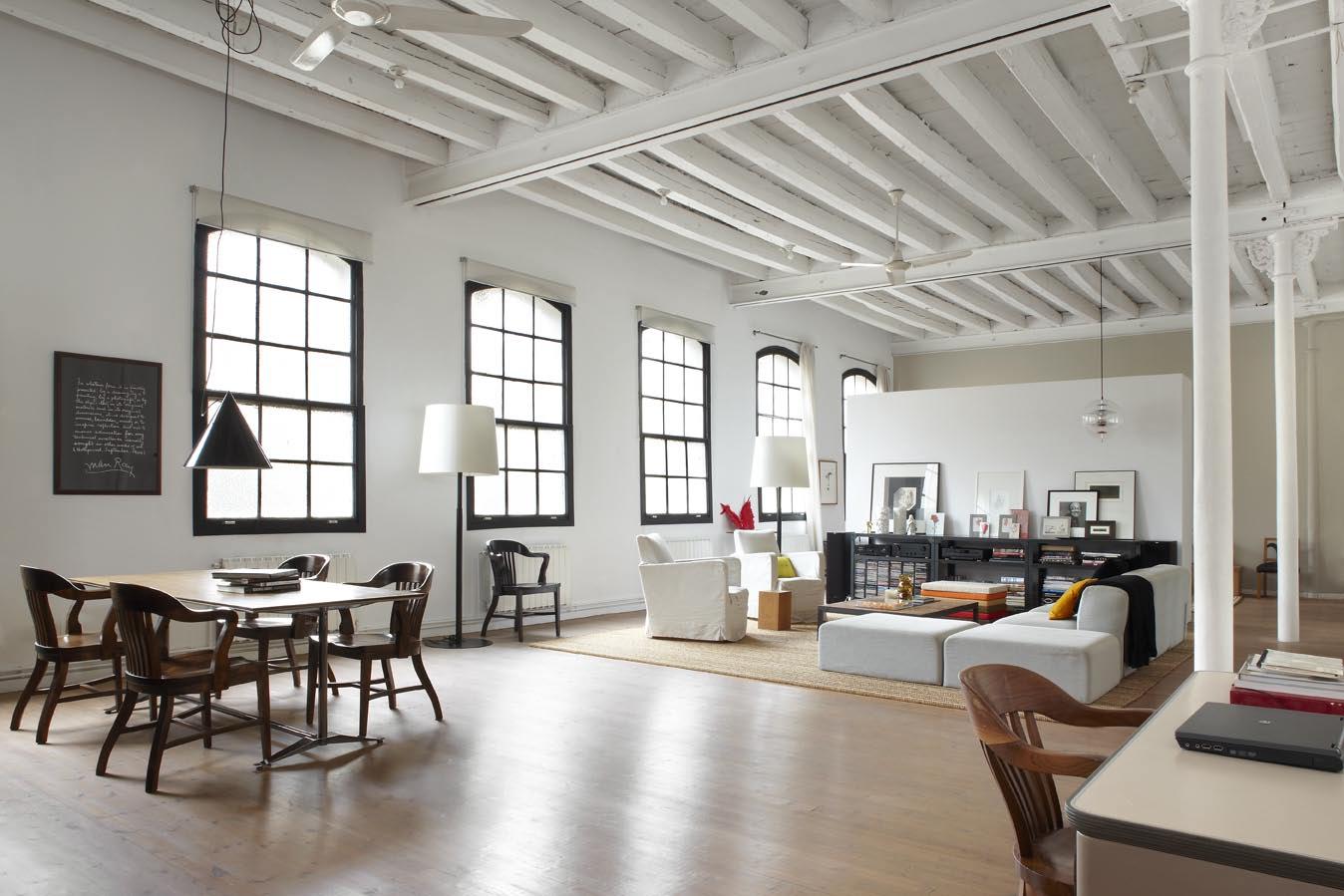 di interni un mix di pezzi vintage modernariato e oggetti minimal