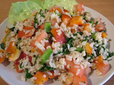 Sałatka z brązowego ryżu i papryki