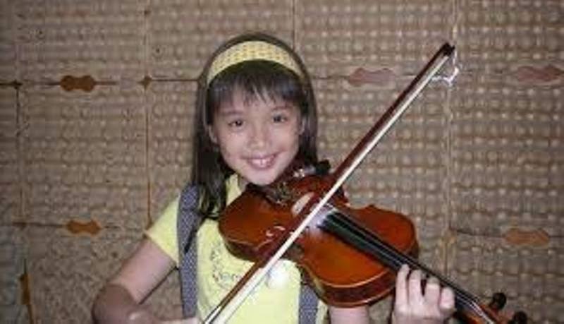Foto anak perempuan keren bertalenta main biola