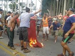 população se revolta e expulsa invasores de sua cidade