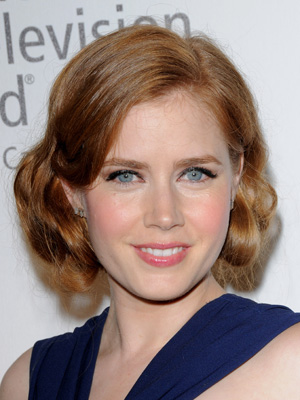 Amy Adams looks stunning with large, tucked back curl and pinned-under ends for a fabulous faux bob finish.