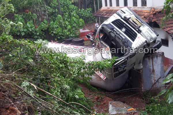 Tanker Accident, Kasaragod, Thekkil, Injured, Gas Tanker, Lorry, Kerala, Karnataka, Taker Lorry