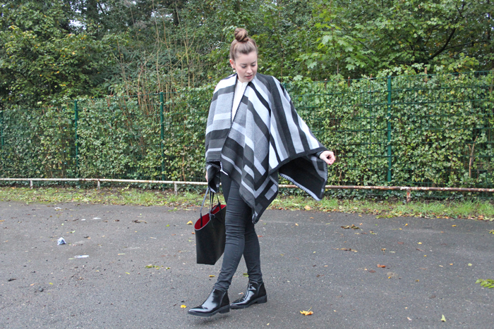 La Mode et Moi, Modeblog Köln, Fashionblog Cologne, Poncho, Herbsttrend Poncho, Poncho stylen, schwarz weißer Poncho, black desert boots, lack boots, pistol boots, Zara Boots, Ponchotrend