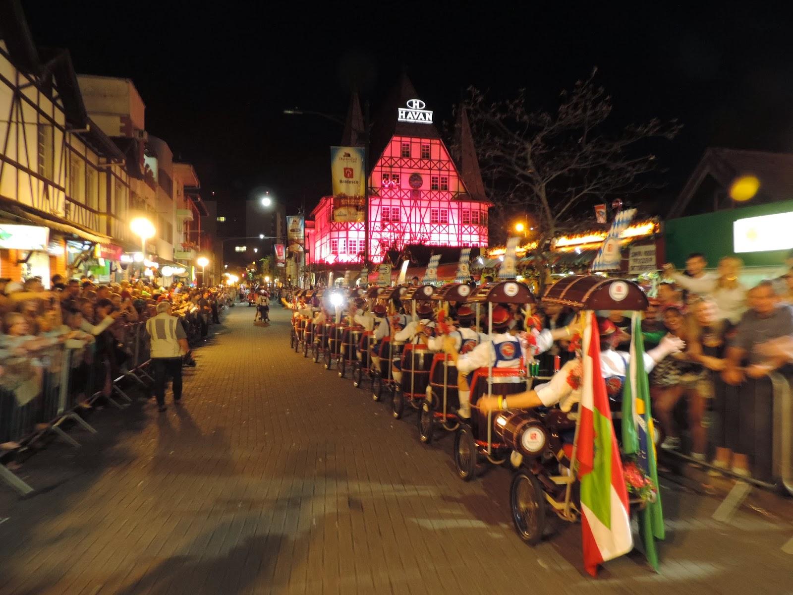 Desfiles da Oktoberfest Blumenau mostram a cultura e tradições da cidade