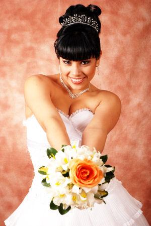 Maricarmen Marín vestida de novia con su ramo de flores
