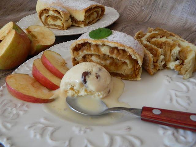 Strudel cu mere(din aluat cu drojdie )