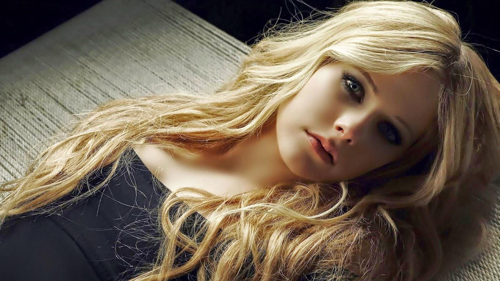Фото девушек блондинок грустной