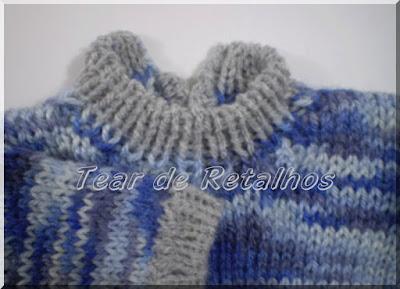 Blusinha de bebe, feita em tricô manual, com gola roliça cinza e corpo em lã mesclada em tons de azul e branco