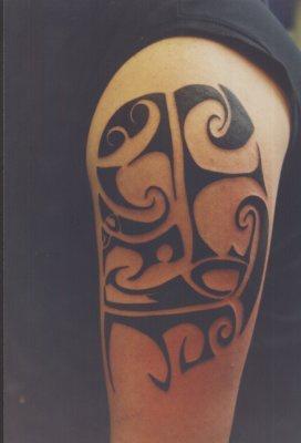 Interesting black tribal tattoo on shoulder