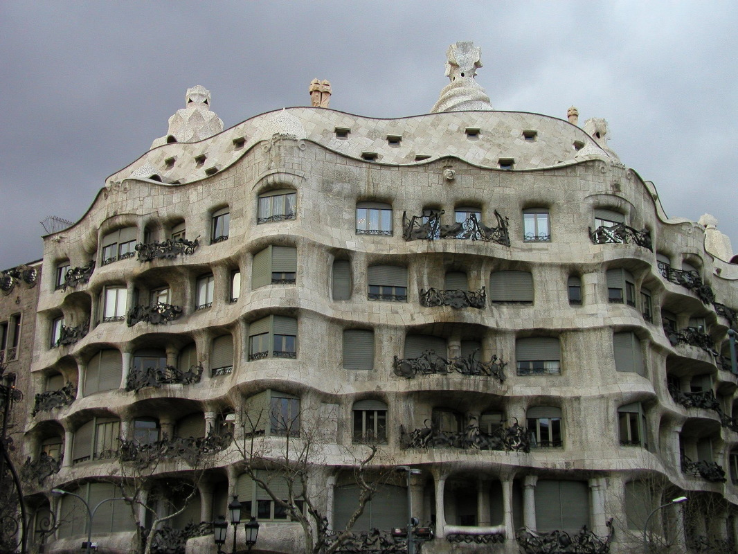 Artscapes roofs towers and balconies in gaudi 39 s barcelona for Architecture gaudi