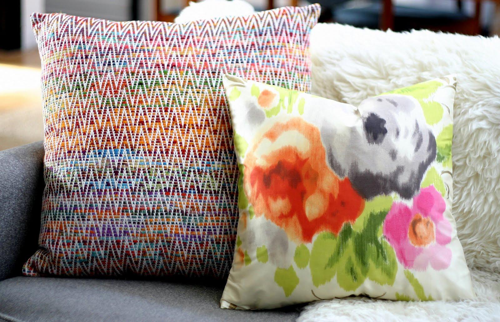 http://1.bp.blogspot.com/-4oe-qv5-FTA/Ta7hZffp3fI/AAAAAAAAOjs/vZd4aZ9GPqw/s1600/pillows%2Bon%2Bsofa.jpg