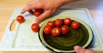 Ο πιο έξυπνος και γρήγορος τρόπος να κόψεις μία ντομάτα, χωρίς να λερώσεις! video