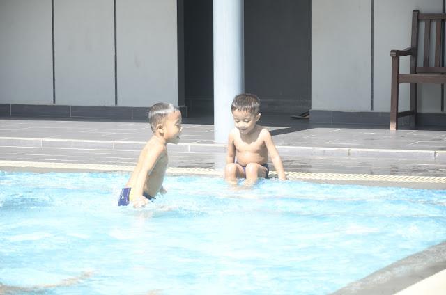 Santai @ Swimming Pool....