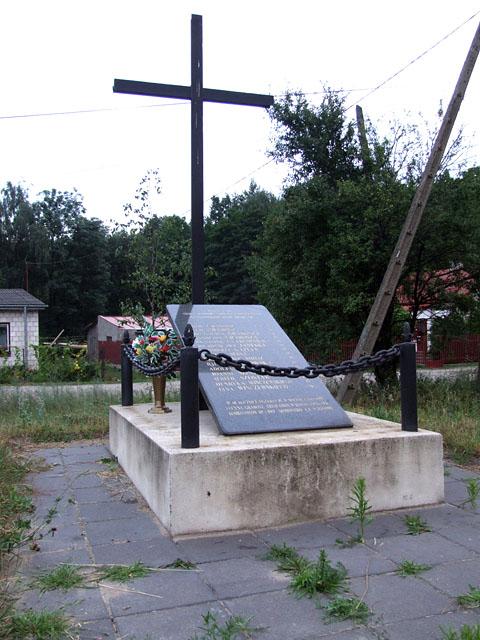 Stacja kolejowa Rożki k. Radomia. Pomnik w Rożkach upamiętniający egzekucję 12 października 1942 r. Fotografia: Jacek Lombarski.