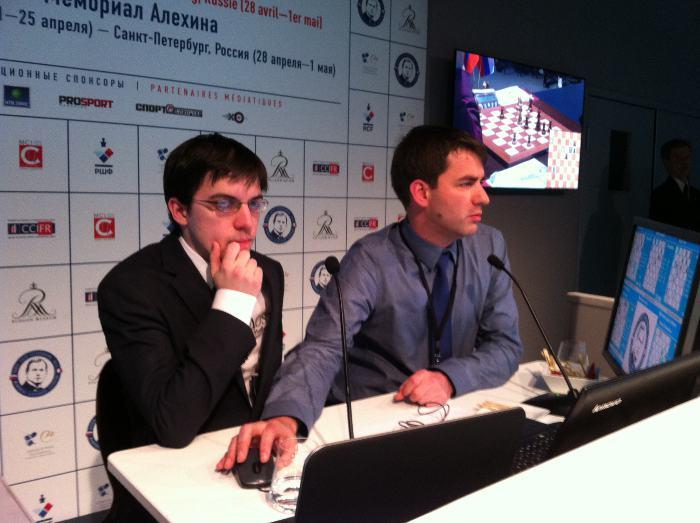 Le Français Maxime Vachier-Lagrave commente sa victoire face à Ding Liren en compagnie de Jean-Baptiste Mullon © Chess & Strategy