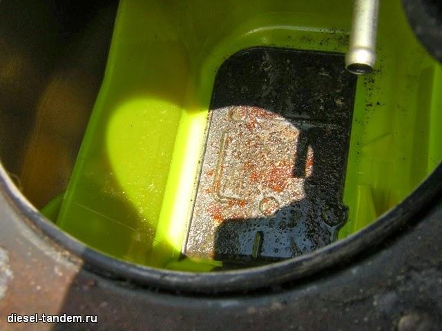 ржавая металлическая площадка в баке Паджеро 3