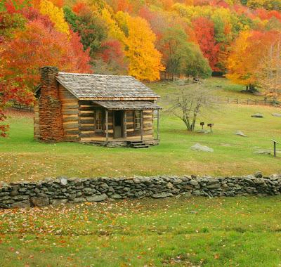 Cabaña en el bosque es otoño