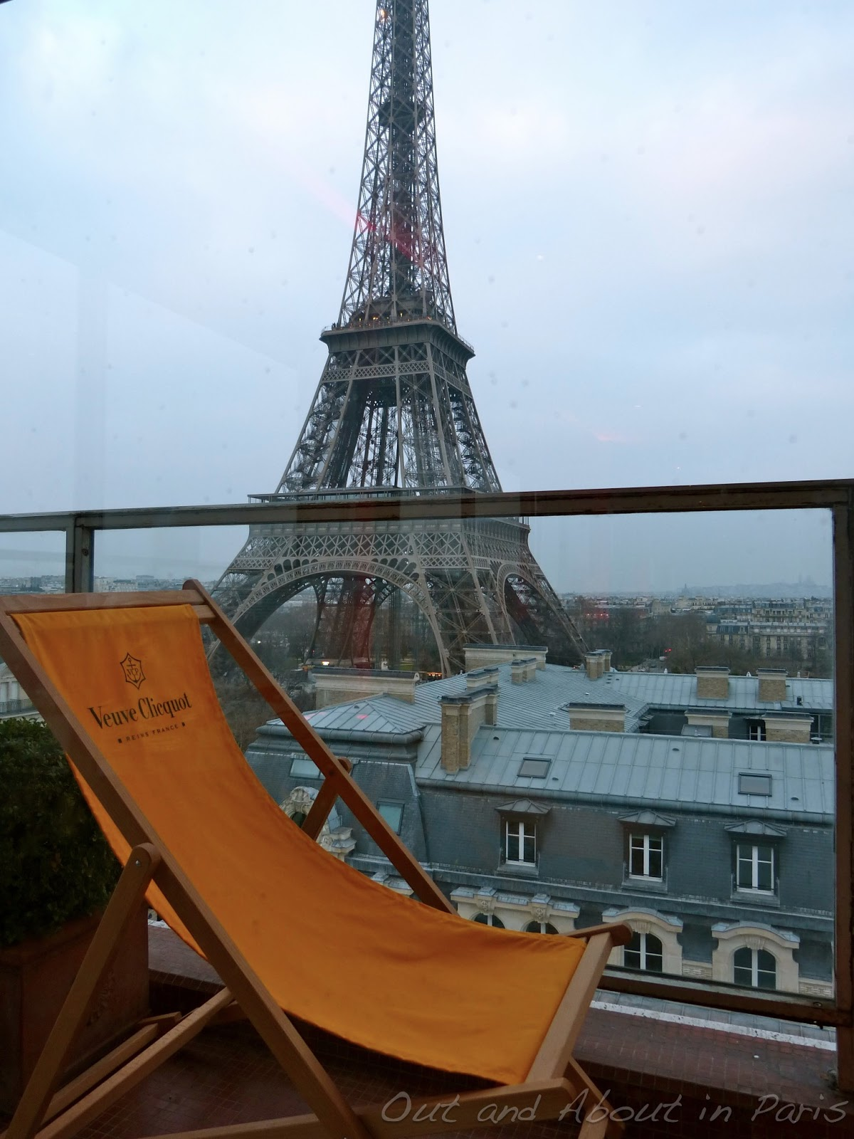 The hottest new pop up bar in paris with a stunning view for Hotels by the eiffel tower